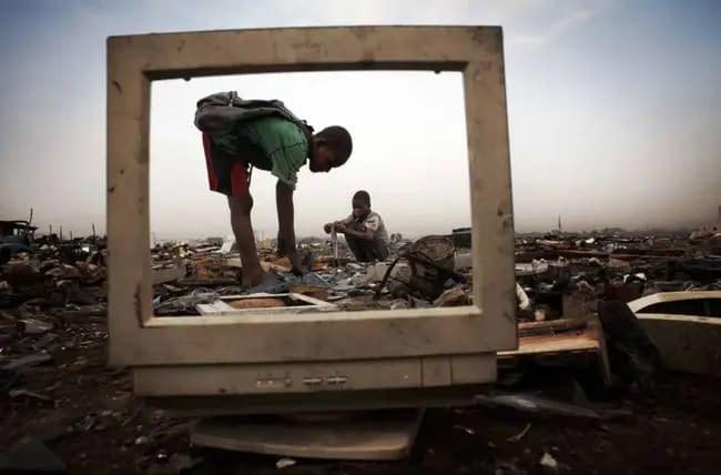 18 millones de niños viven, juegan y trabajan entre basura electrónica
